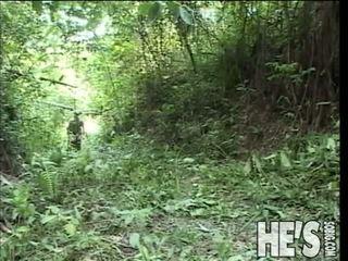 Ver estos two caliente soldiers llegar ella en fuera en la selva
