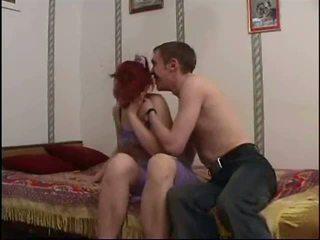 Ryska äldre momen och en vän av henne son amatör: porr 20
