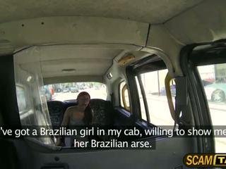 Hottie braziliaans chick roxi rides een schots lul in de achterbank en fucks haar hard
