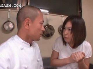 Asiática empregada de mesa gets tetas grabbed por dela chefe em trabalho