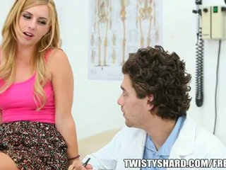 Lexi belle visits 她的 醫生