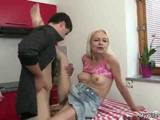 Guy fucks zijn moeder in wet rechts bij de keuken
