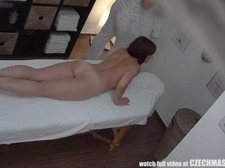 Berpayu dara besar milf gets fucked semasa urut