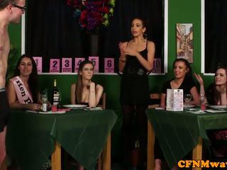 여왕 님 옷을 입은 여성의 벌거 벗은 남성 reverse 갱 bang 에 waiters