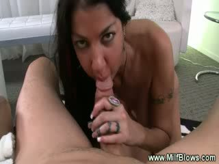 Rijpere tattooed milf sucks shaft en loves het