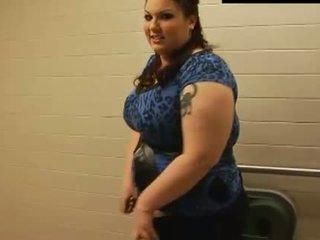 Lielas skaistas sievietes sarkans mati fucks ar gigants bumbulīši un resnas pakaļa daļa 1
