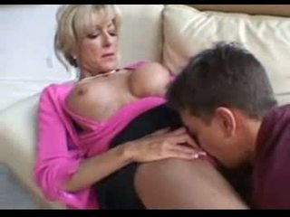 Αυτό ώριμος/η γυναίκες fucks ένα younger άνθρωπος επί ένα καναπές