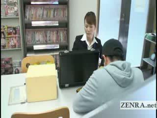 Japans sextoy saleswoman gives onder tafel voetjob