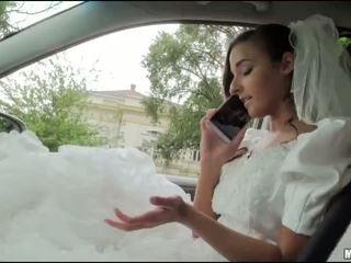 Runaway nuse amirah adara seks në një makinë