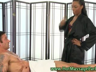Schwarz masseuse mieze sucks schwanz