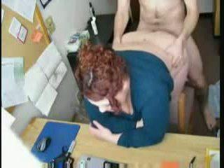 Lielas skaistas sievietes rūdmataina fucked pie viņai galds
