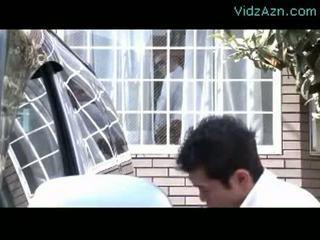 成熟した 女性 吸い コック 同時に 彼女の 夫 washing 車 outs