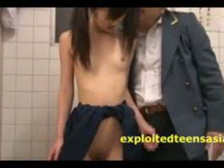 Jav วัยรุ่น เด็กนักเรียนหญิง โดนจับได้ ใน ห้องน้ำ โดย เก่า guard และ ระยำ