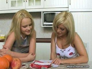 Kimainen söpö blondi lesbo babes suutelua