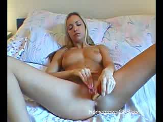 Verbazingwekkend blondine alissa uses speeltjes in de bed kamer