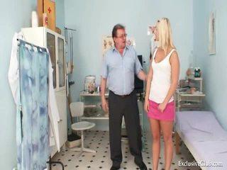 Vagina onderzoek van an attractive vies blondine