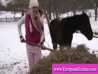 Wanita pleasing diri di itu stables dengan sebuah mainan