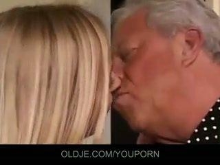 Velho e jovem sexo a três caralho