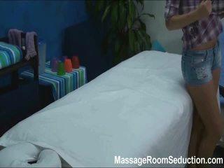 Cindy seduced ja perses poolt tema massaaž therapist edasi peidetud camera
