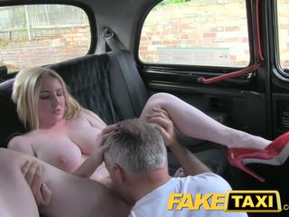 Faketaxi blondine sexbom met groot tieten gets mooi creampie in taxi