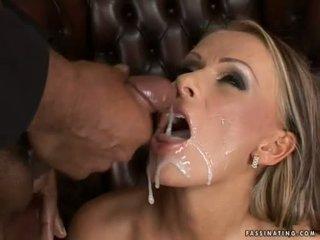 Mädchen mit wichse im sie mund für die erste zeit