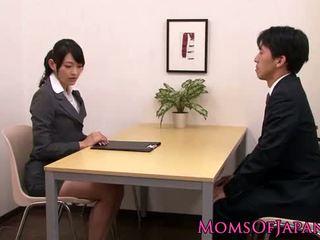 Innocent азиатки мадама licking елегантен възрастни кутия