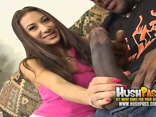 Heet chick gets een groot zwart piemel in haar roze poesje