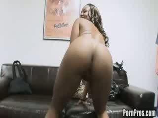 Hongerig prostituee creams op pimp's ruw lul.