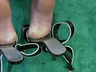 Femme branlette avec chaussures vidéo