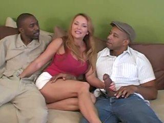 Vrouw interraciaal hoorndrager met haar two reusachtig lovers