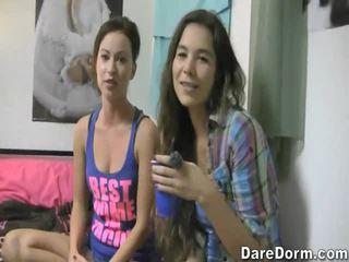 Момичета представяне техен голям цици