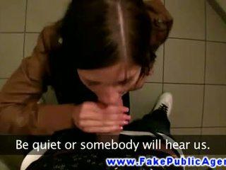 Euro publiek pijpen in badkamer voor neuken haar