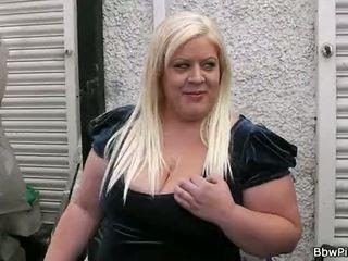 Vergadering met blondine mollig leads naar seks