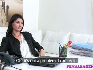 Femaleagent agent fucks caliente masturbándose modelo con grande consolador