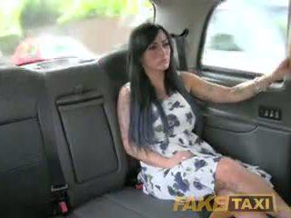 Fake taxi seksi masseuse gets becerdin üzerinde çalkalayın bonnet