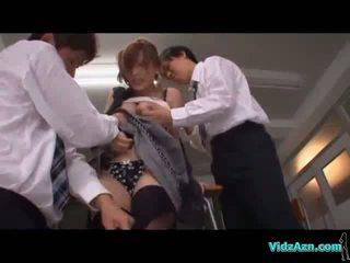 Skolotāja getting viņai bumbulīši rubbed vāvere licked stimulated ar vibrātors līdz 2 schoolguys uz the tukšs klasesistaba