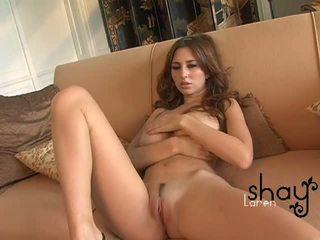 Naturlig boobed shay laren spreads henne rosa fitte på den sofa