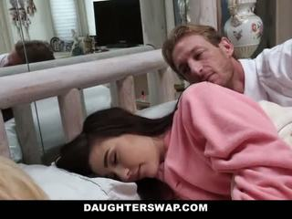 Daughterswap - daughters गड़बड़ दौरान sleepover