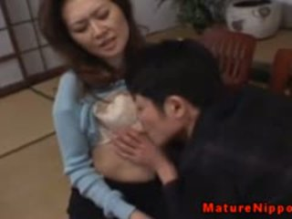 Rijpere aziatisch gets haar harig doos licked