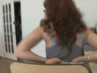 Брюнетка лесбіянка спіймана мастурбує на робота по її бос