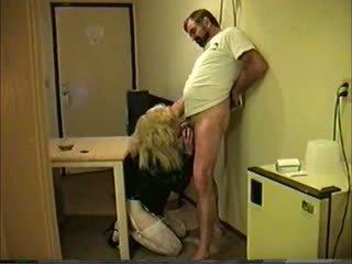 Loira travesti giving cabeça para guy
