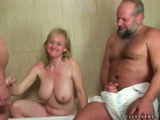 Vecmāte un two guys uz urinējošas trijatā darbība