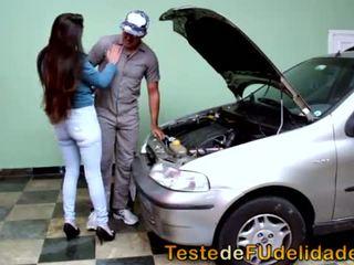 Morena peituda pagando boquete pro mecânico
