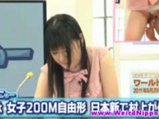 Азиатки новини домакин fingered докато hosting
