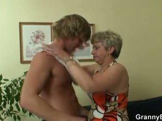 Eski bayan pleases hot-looking genç tenis