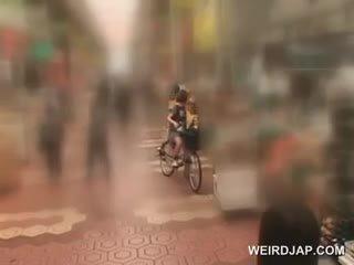 Asiática jovem grávida sweeties getting twats tudo molhada enquanto a montar o bike