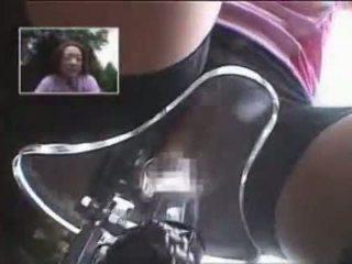 Japoniškas mergaitė masturbated o jojimas a specially modified seksas bike!