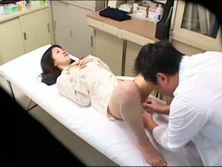 Pervertida médico uses jovem paciente 02
