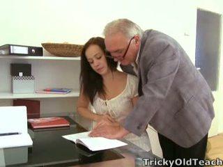 Anastasia tries hogy van a second esély onto neki teszt. akarat a tanár enged neki?