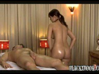 Красуня грудаста masseuse дати orgas